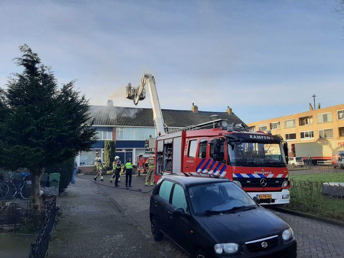 De hoogwerker van de brandweer in Kampen werd vanochtend ingezet om een schoorsteenbrand te blussen