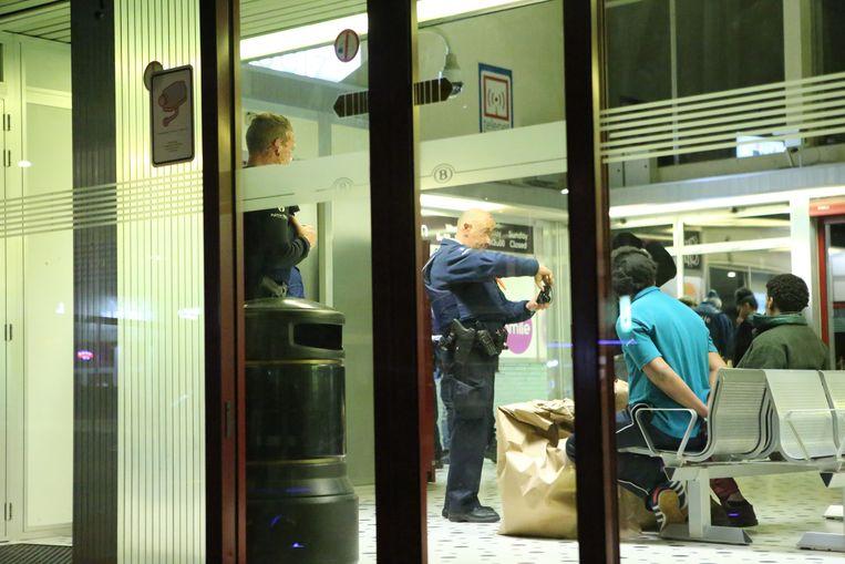 Alle betrokkenen werden geïdentificeerd en er werd een administratief verslag opgesteld voor de dienst Vreemdelingenzaken.