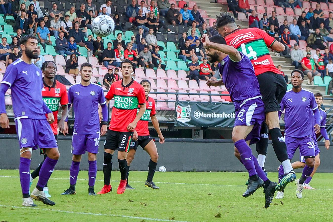 NEC-verdediger Iván Márquez (4) kopt de 2-0 binnen tegen OFI Kreta.