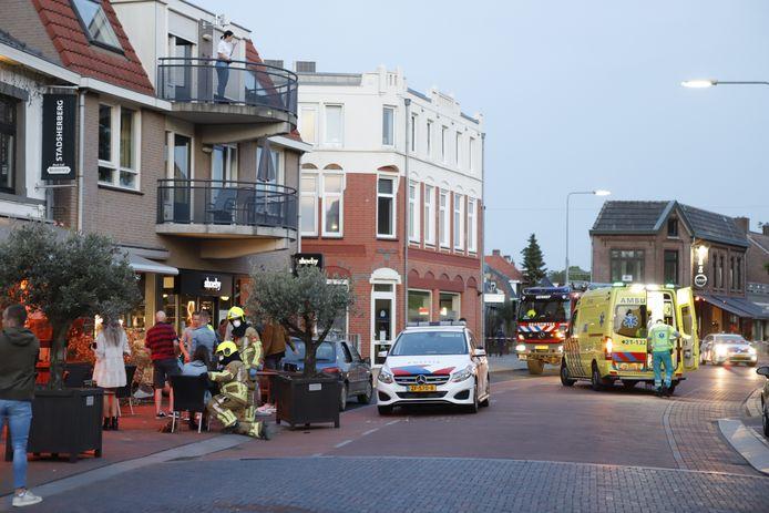 Hulpdiensten in Gennep nadat er een auto het terras is opgereden.