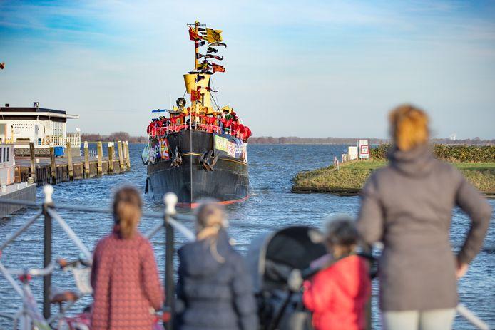 In Willemstad keken kinderen twee jaar geleden ook reikhalzend uit naar Pakjesboot 12.