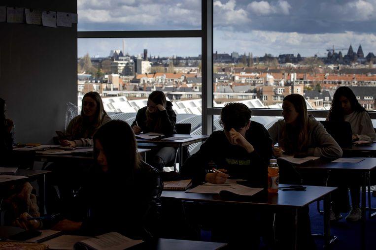 Leerlingen van het Keizer Karel College tijdens een les in de RAI.  Beeld ANP