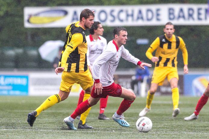 Yarick Dorst (wit-rood) in duel met Robin Nelis van Hoek (archiefbeeld).
