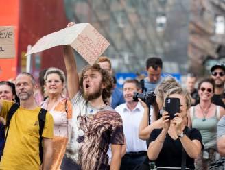 """250 vaccinweigeraars protesteren op Antwerpse Mediaplein: """"Media vertellen leugens. Dat pikken we niet"""""""