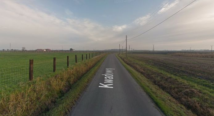 De Kwadeweg in Oudenburg, waar de motorrijder een zwaar ongeval meemaakte.