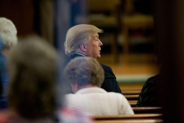 Trump op de vijfde rij van de kerkbanken. Beeld ap