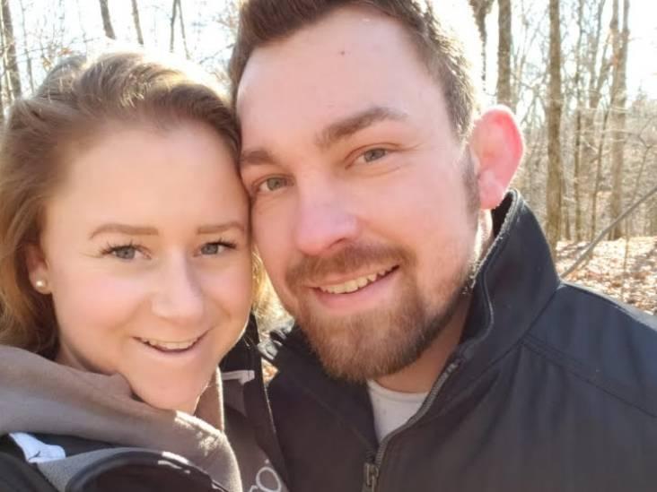 Na uitgestelde bruiloft en tien maanden wachten sluiten Vera en Amerikaan Gregg elkaar weer in de armen