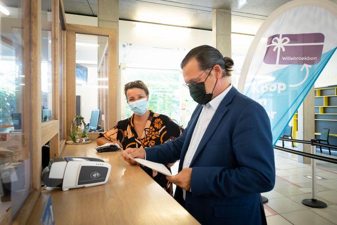 Burgemeester Eddy Bevers en schepen Ilse Lenvain lanceren de digitale Willebroekbon