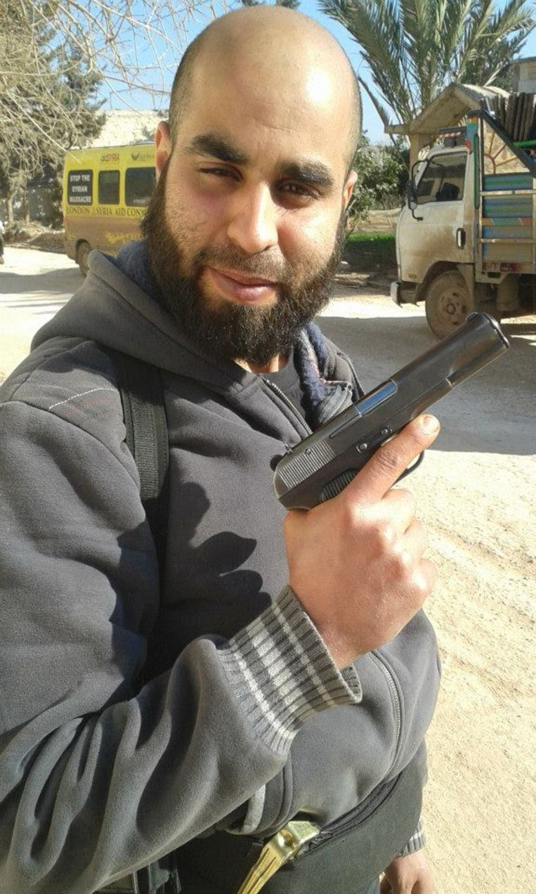 Brusselaar Yassine Lachiri poseert graag met wapentuig en bommengordels. Beeld RV
