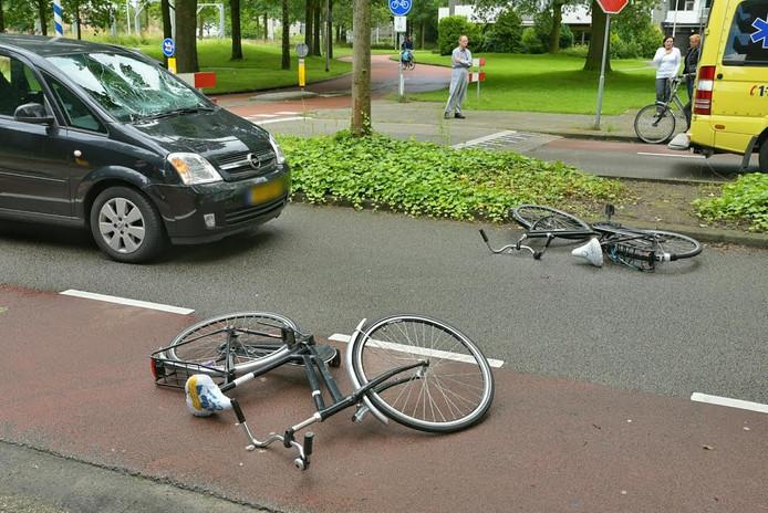 De voorruit van de auto is gebarsten door het ongeluk.
