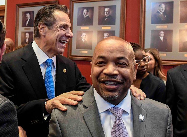 Carl E. Heastie, meerderheidsleider van de Democraten in het staatsparlement van New York, met achter hem de New Yorkse gouverneur Andrew Cuomo. Beeld AP