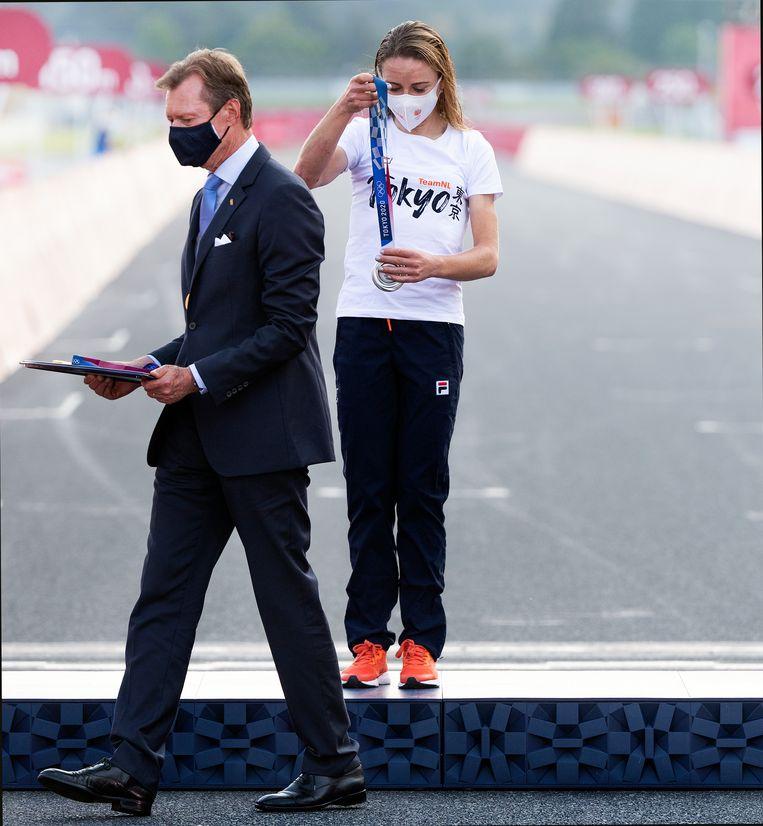 Annemiek van Vleuten ontvangt haar zilveren medaille voor de olympische wegrit. Beeld Klaas Jan van der Weij / Volkskrant