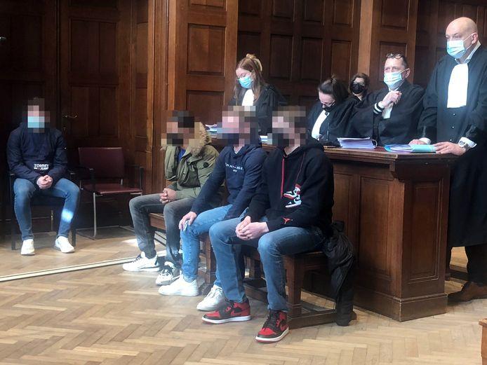 Vier van de vijf jongeren waren aanwezig om hun vonnis te aanhoren. Ze moeten van de rechter op cursus en vrijwilligerswerk met slachtoffers doen.