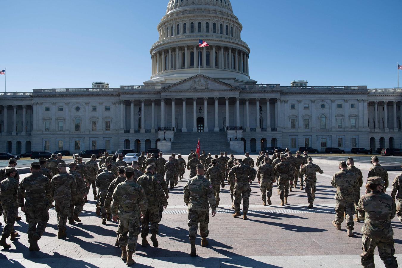 Leden van de Nationale Garde bij de oostzijde van het Capitool, gisteren.