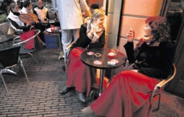 In veel cafés staan de asbakken dit jaar ook weer binnen op tafel. ( FOTO ANP) Beeld