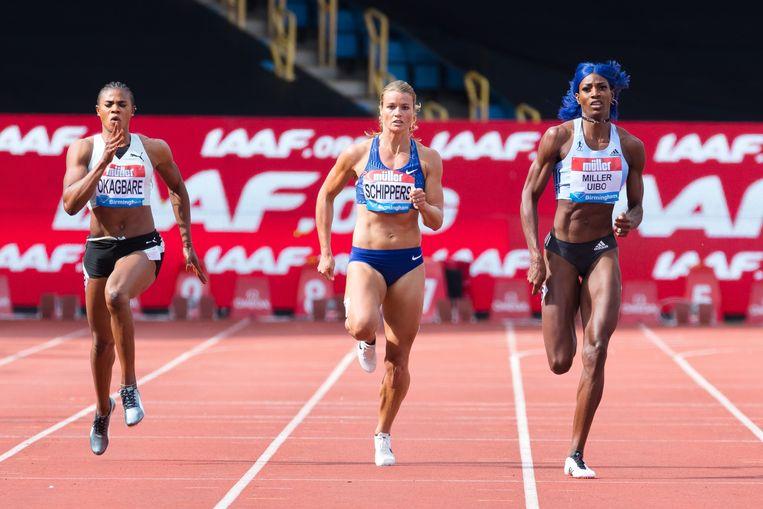 Shaunae Miller-Uibo (rechts) en Dapfne Schippers tijdens de 200m sprint op de  IAAF Diamond League. Beeld EPA