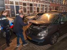 Studentes redden miauwend katje onder de motorkap van auto vandaan