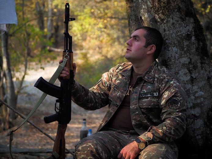 Een vrijwillige soldaat rust uit nabij een frontlinie in de regio Nagorno-Karabach.
