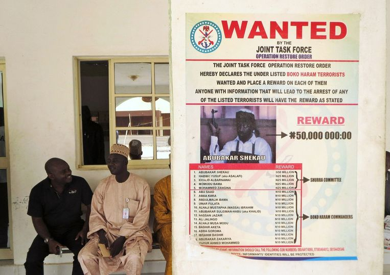 Een wanted-poster met Boko-Haram-leider Abubakar Shekau. Beeld reuters