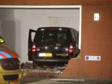 Auto rijdt binnen bij bedrijfspand aan Rietveldenweg in Den Bosch