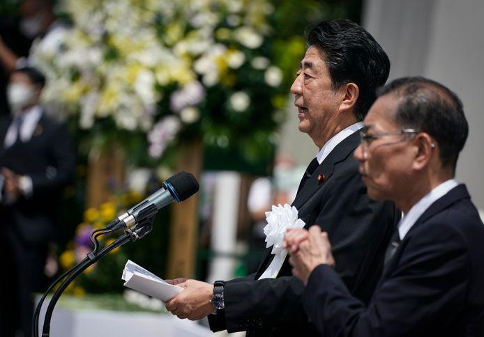 De Japanse premier Shinzo Abe las zondag zijn speech voor in Nagasaki.