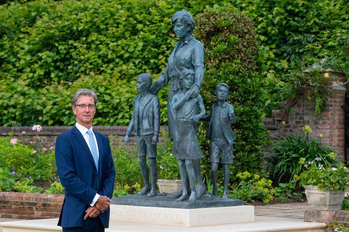 Kunstenaar Ian Rank-Broadley bij het beeld van Diana. Hier zie je duidelijk dat er wel degelijk drie kinderen rond de overleden prinses staan.