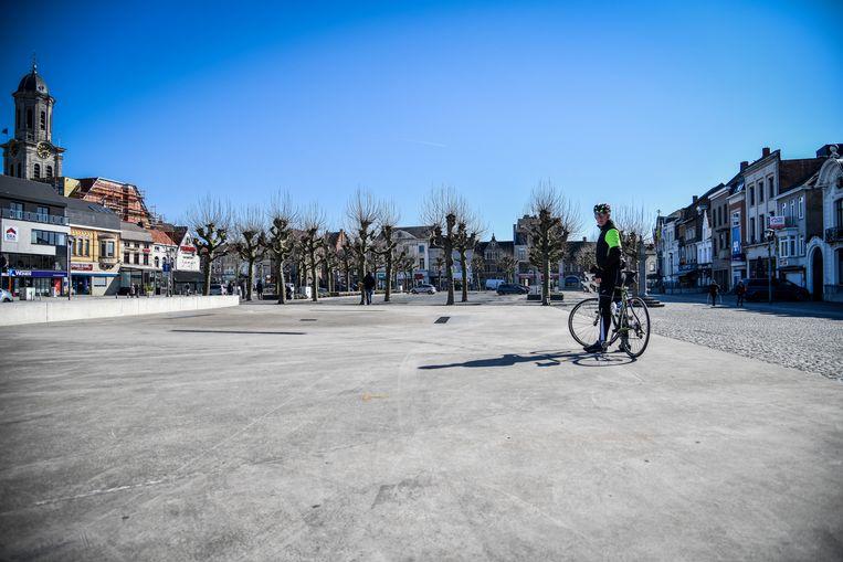 Normaal staat de Lokerse Markt op woensdag vol met kramen, nu is er enkel een eenzame fietser te bespeuren.