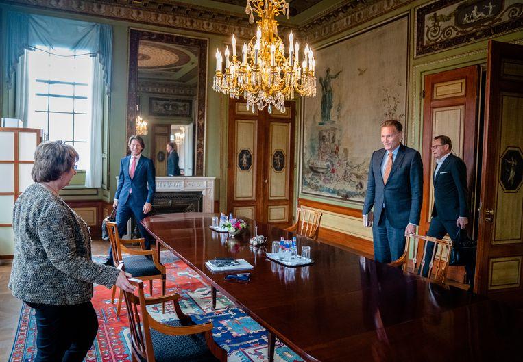 Informateur Mariëtte Hamers ontvangt directeuren van het SCP (links), CPB (midden) en PBL (rechts) eind mei voor een gesprek. Beeld ANP