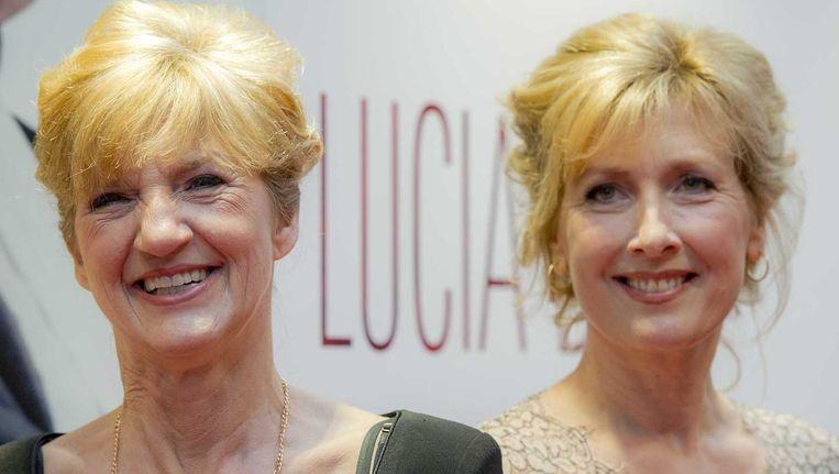 De echte Lucia de B. (links) en Ariane Schluter (die Lucia de B. speelt) op de rode loper bij de première van de Nederlandse film over de verpleegster. Beeld anp