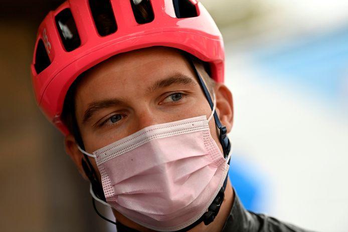 Moreno Hofland mag na een laatste temperatuurcontrole en het inleveren van zijn 'negatieve' testformulier het startpodium op van Driedaagse Brugge-De Panne. De finish haalt hij niet.