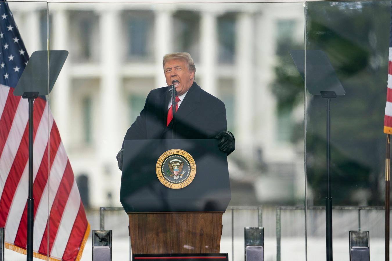 Trump tijdens zijn opruiende speech op 6 januari. Na zijn toespraak bestormde de opgehitste menigte het Capitool.