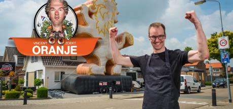 Marcel uit Wezep heeft een oranje leeuw van tien meter voor zijn deur staan. 'Ze hadden 'm niet groter'