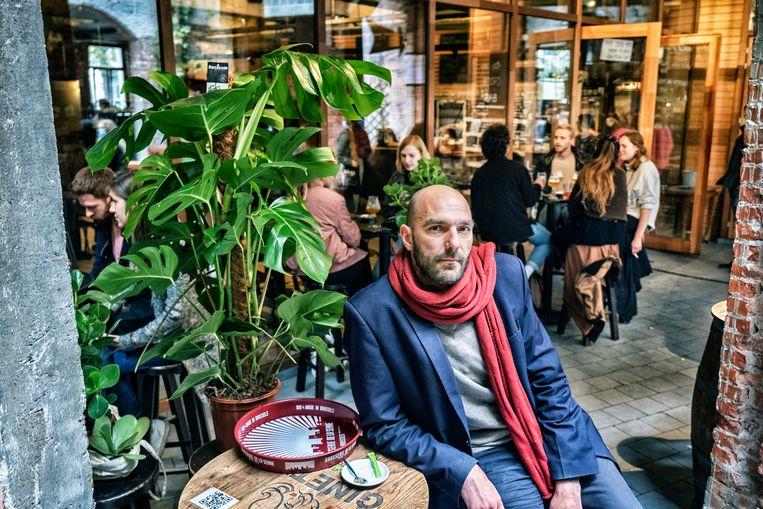 Simon Duhamel, baas van café Au bassins op de vismarkt. Beeld DM