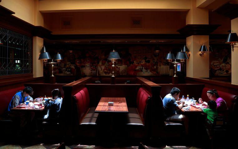 Bezoekers lunchen in mei van dit jaar in een restaurant in Shanghai, niet lang na de totale lockdown in China. Beeld Getty