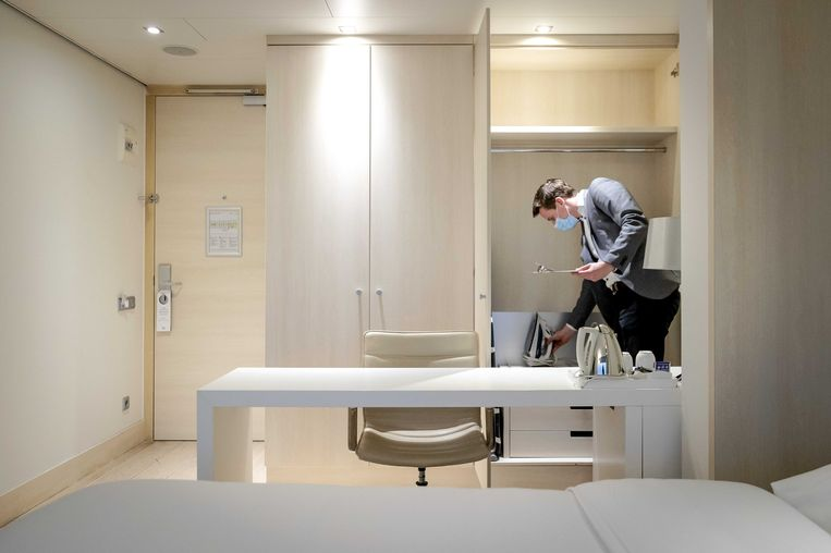De economie in Noord-Holland is hard geraakt door de coronacrisis. Hotels missen de komst van buitenlandse toeristen. In de provincie vragen - van alle twaalf provincies - de meeste ondernemers staatssteun aan, toch daalt het aantal werkenden flink.  Beeld ANP