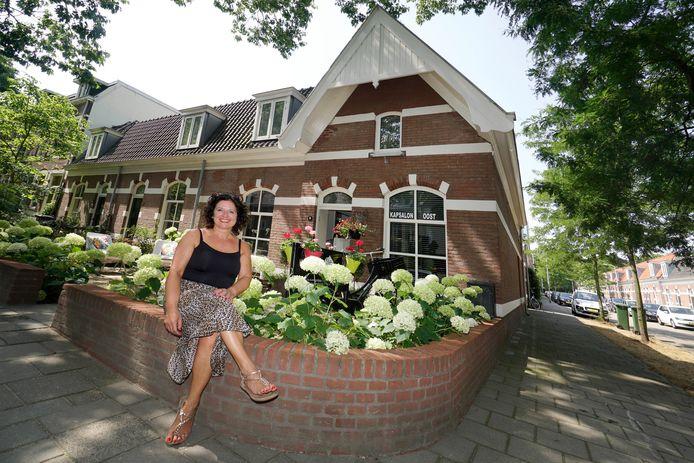 Miranda Friederichs voor haar woning aan de Groesbeeksedwarsweg.