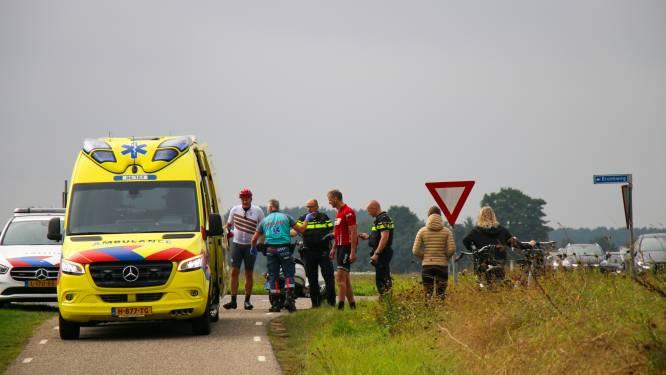 Aanrijding wielrenner en scooterrijder nabij Zutphen: beiden naar het ziekenhuis