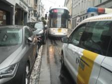 """Reizigersbond wil dat stad ingrijpt in de Nederkouter: """"Foutgeparkeerde wagens blokkeren te vaak de tram"""""""