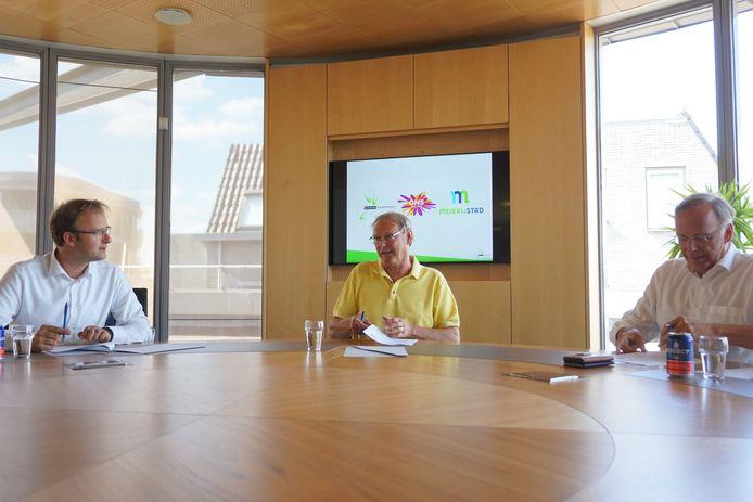 Wethouder Menno Roozendaal van Meierijstad, wethouder Rein van Moorselaar van Bernheze en bestuurder Wilbert de Haan Westerveld van ONS welzijn bij de ondertekening van de samenwerkingsovereenkomst in juni.