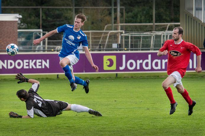 Tijmen Philips treft op spectaculaire wijze doel voor Olympia'18 tegen Venhorst. Hij begint met zijn club op 3 augustus aan het nieuwe seizoen.