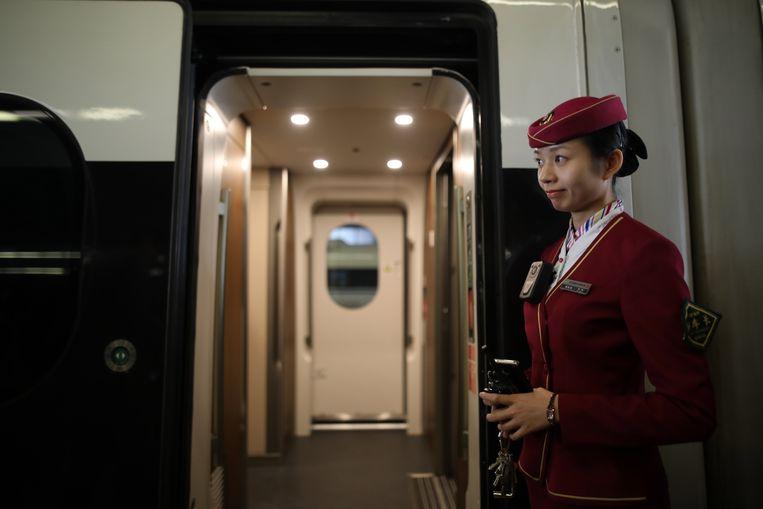 Vrouwelijke treinconducteurs mogen in de Chinese provincie Hebei geen zichtbare littekens hebben en niet zwaarder zijn dan 65 kilo.  Beeld EPA
