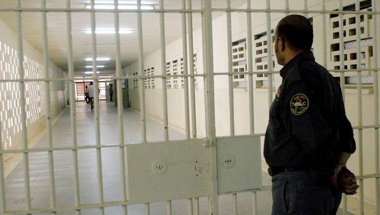 Een Irakese bewaker in de voormalige beruchte Abu Ghraibgevangenis. In 2009 werd de gevangenis omgedoopt tot Centrale Gevangenis van Bagdad. Beeld epa