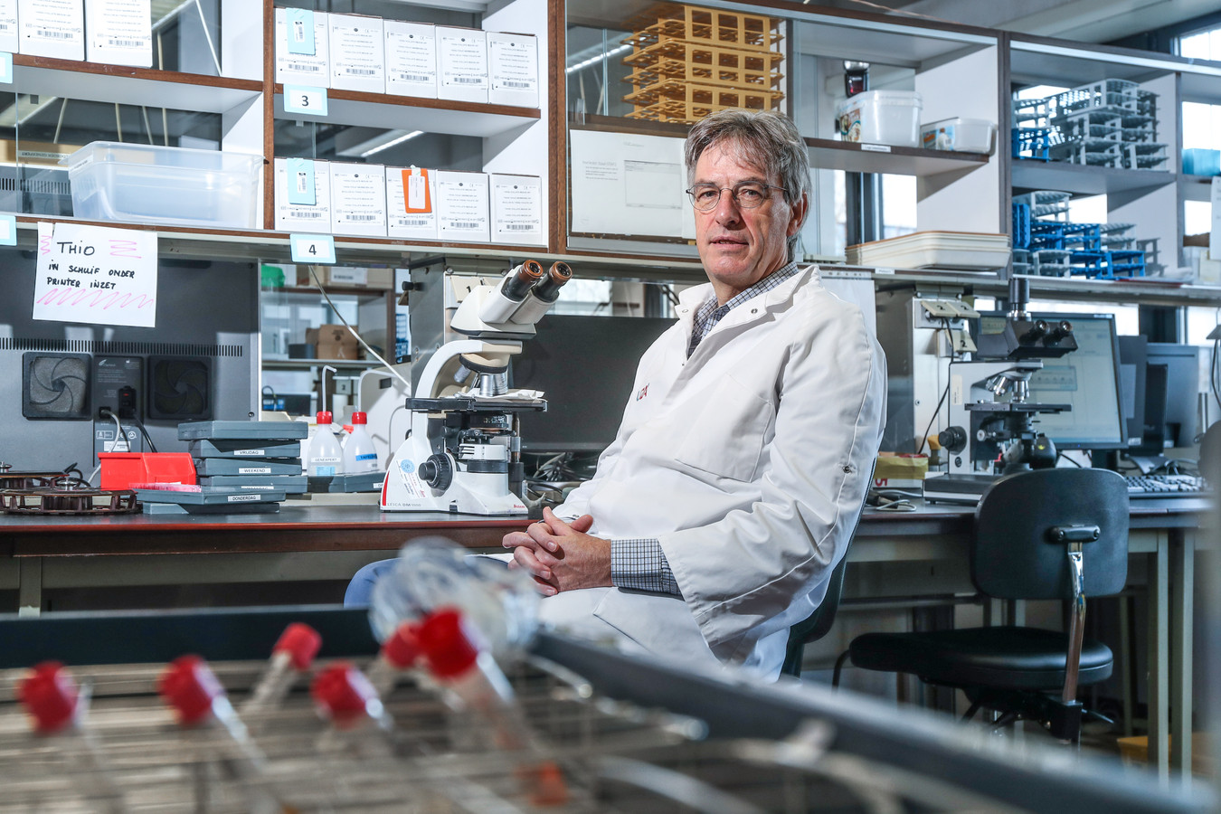 Le professeur de microbiologie Herman Goossens dans le laboratoire de l'Université d'Anvers.