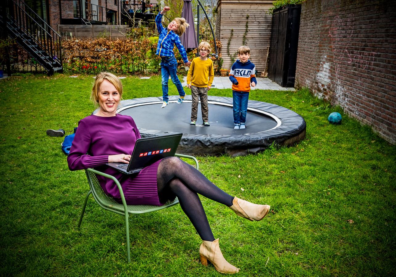Marleen Luijt. Eén van haar twee kinderen (midden) speelt met de buurjongens.