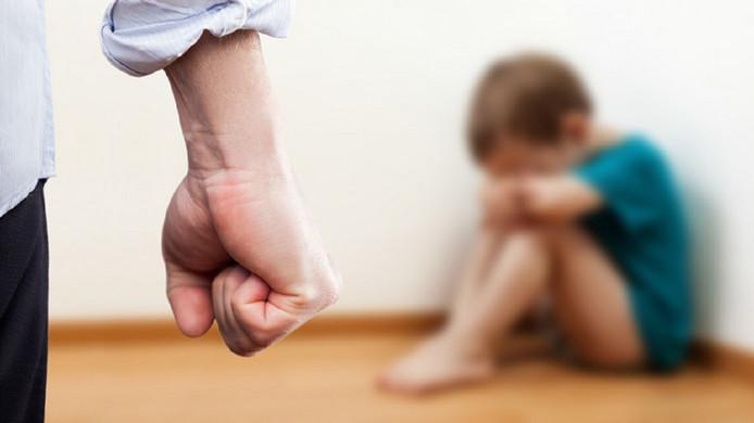 Een geënsceneerde foto van huiselijk geweld en kindermishandeling.