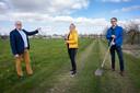 Wethouder Peter van Bergen (links), Karen de Vrij en Duco van Dijk nemen een kijkje op de plek waar de tiny houses moeten komen.