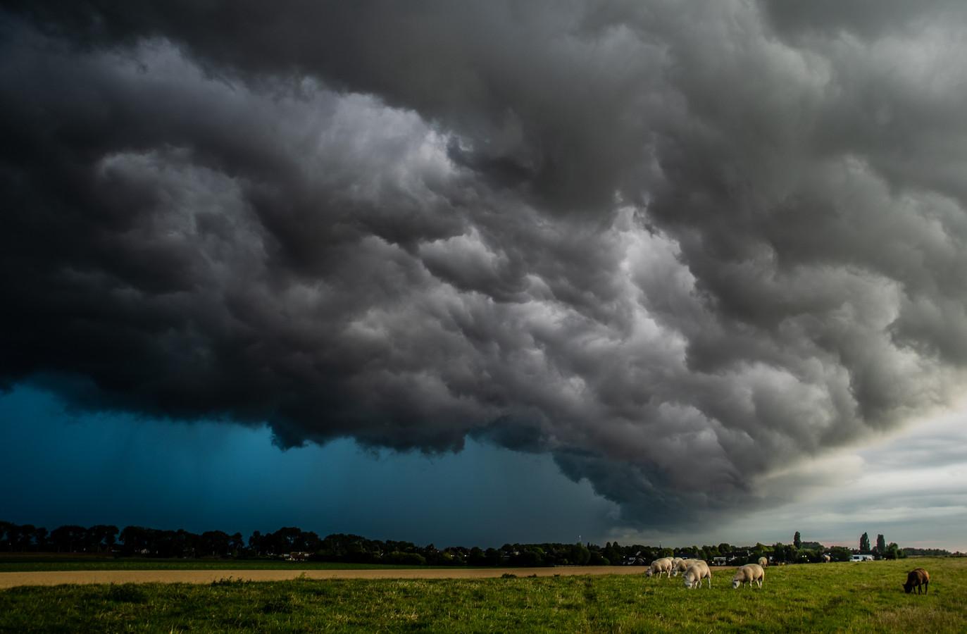 Een enorme onweersbui trok vanavond over de Hoeksche Waard.