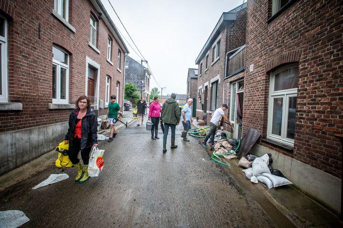 In het Limburgse Moelingen is men al sinds gisteren bezig met de opkuis.