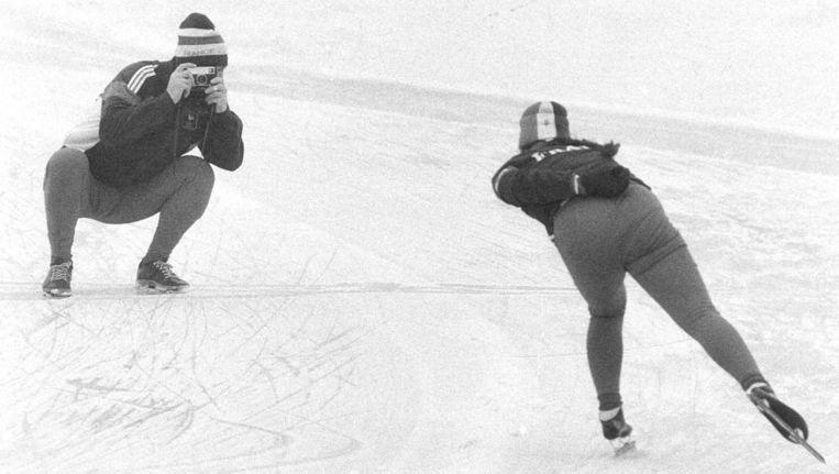 Hans van Helden fotografeert zijn schaatsende vrouw in 1984. Over Van Helden schreef Erik Dijkstra het boek Hoe sterk is de eenzame schaatser. Beeld anp