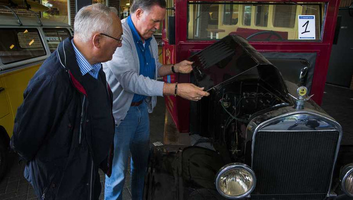 Belangstelling voor een T-Ford bus uit 1924 op de kijkdag bij de boedel van de failliete reisonderneming OAD.